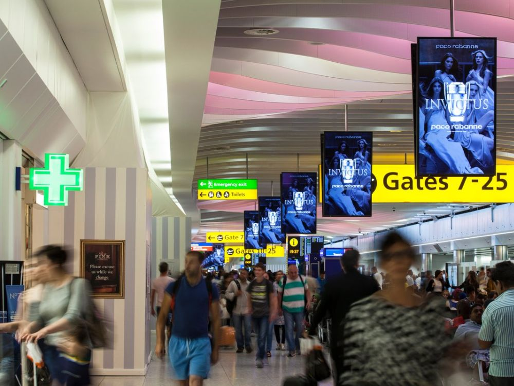 Paco Rabanne Kampagne auf DooH Screens in Heathrow (Foto: JCDecaux)