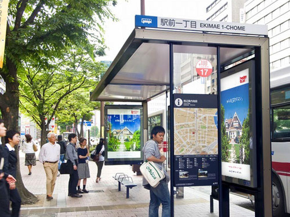 Wartehäuschen in einer japanischen Stadt - MCDecaux rüstet nun Tokio aus (Foto: MCDecaux)