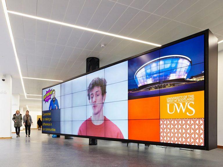 Weit mehr als eine Ansammlung von 32 Screens - Video Wall auf dem Paisley Campus (Foto: Peerless-AV)