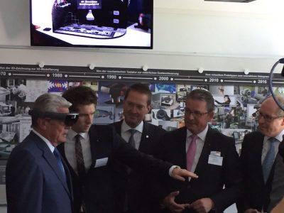 Bundespräsident Gauck erlebt mittels AR Brille die Digitalisierung der Entwicklungsarbeit (Foto: Fraunhofer IEM)