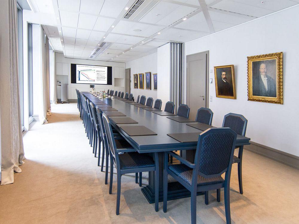 """Der Hauptkonferenzraum ist teilbar und mit einem 90"""" Screen ausgestattet (Foto: macom)"""