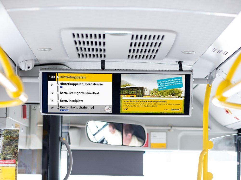 DooH Screens von passengertv in einem Bus von PostAuto Schweiz (Foto: passengertv)