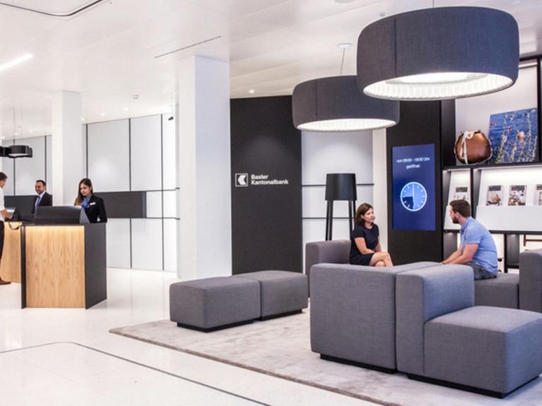 Lounge, Signage und neues Design - Innenraum in einer Filiale der Basler Kantonalbank (Foto: Scholtysik & Partner)