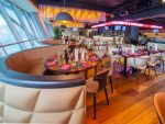 Säbener Lounge - links Blick aufs Spielfeld, rechts die Bar mit LED Signage (Foto: AV Stumpfl)