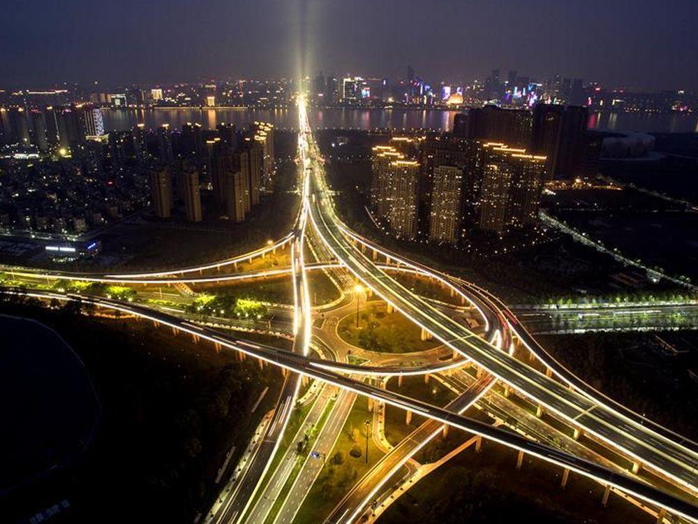 Straße vom Hangzhou Xiaoshan International Airport und Skyline der gastgebenden Stadt des G20 Gipfels (Foto: Xinhua)