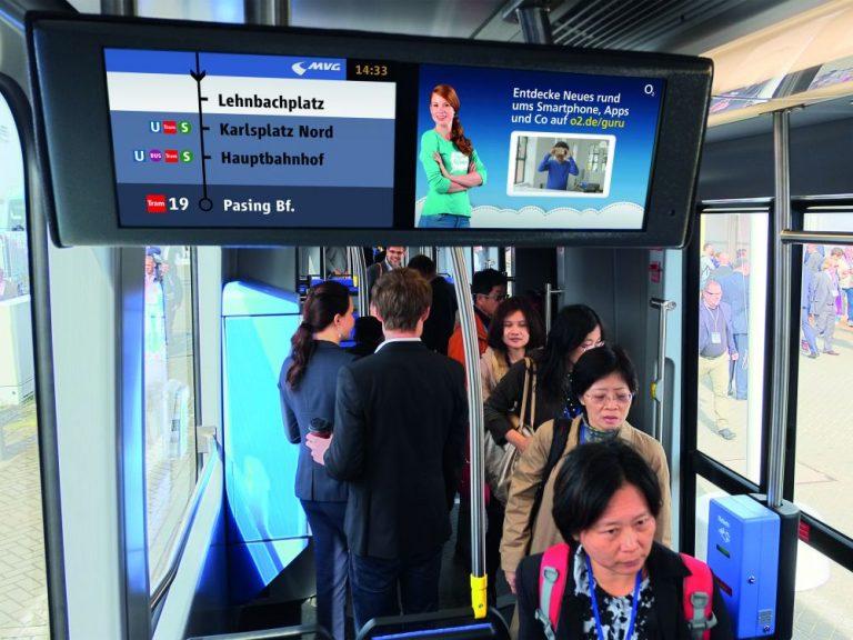 Trambahn in München mit Programm des Münchner Fensters (Foto: mcR&D)