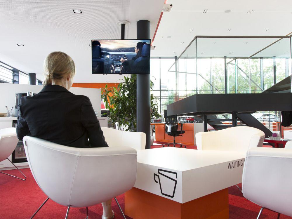 Von der Decke abgehängter Screen in der Ruhezone des Autohauses (Foto: LG / Schumann)