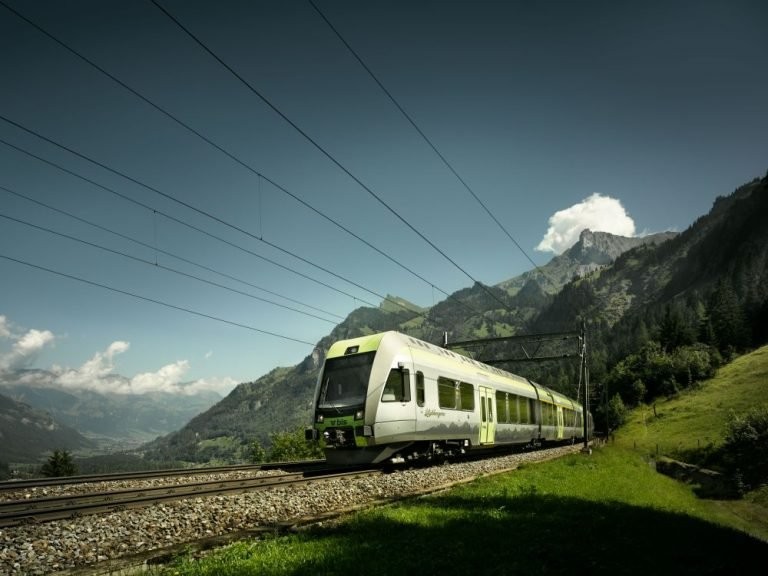 Zug der BLS AG - Lötschberger-Flotte wird mit Screens ausgestattet (Foto: BLS AG)