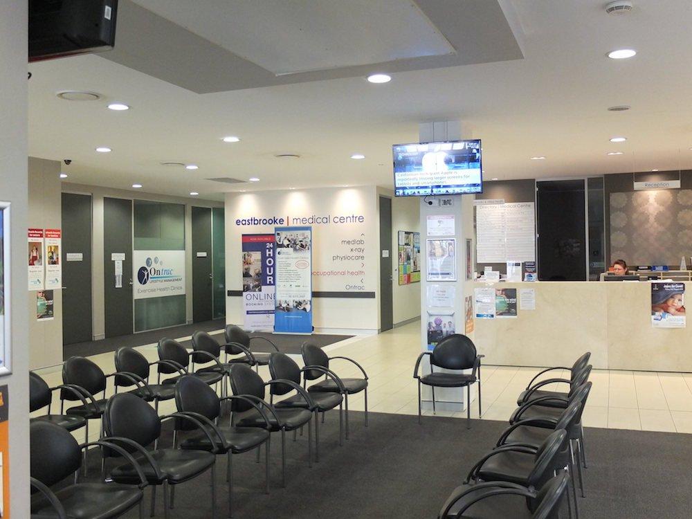 Australische Arztpraxis mit Screen des Medical Channel (Foto: Medical Channel)