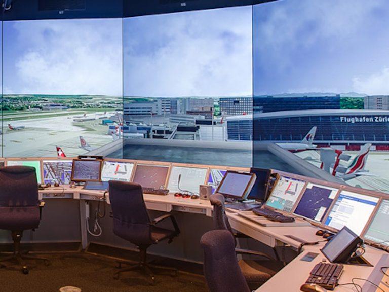 Der Tower Simulator Tosim Green ist einer von drei Simulatoren mit Projektionstechnik.jpg (Foto: eyevis)