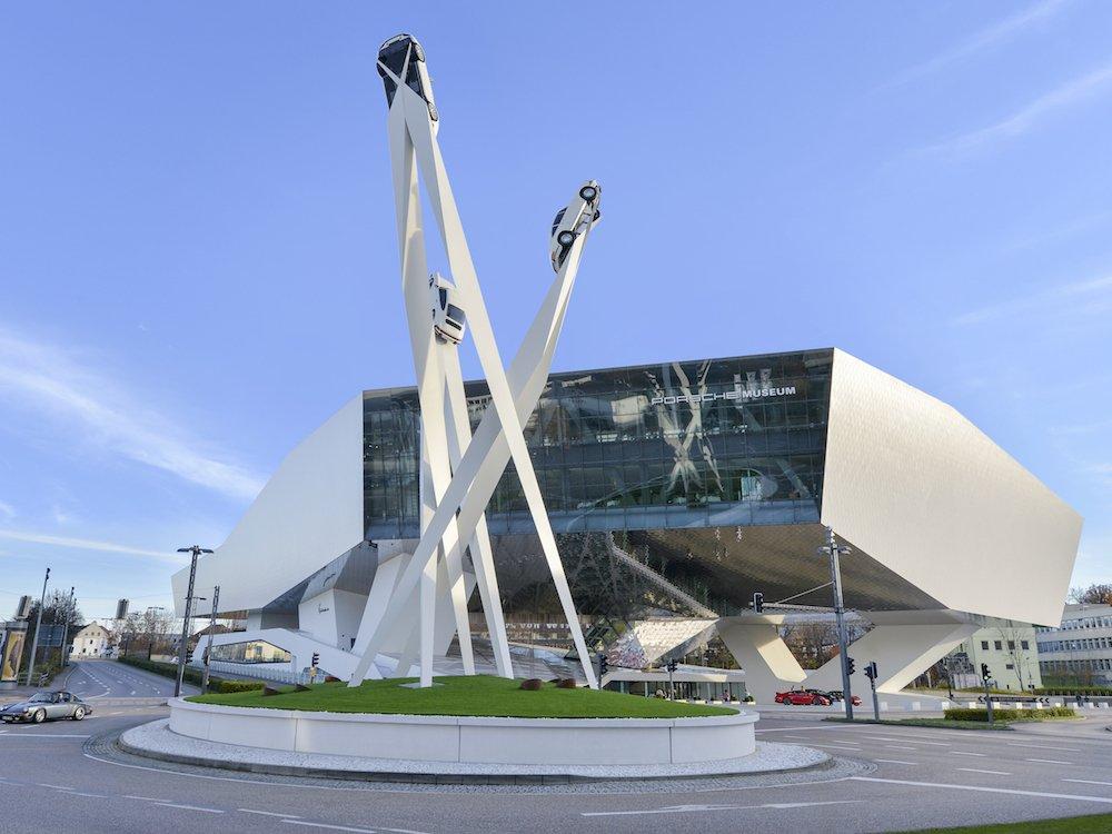 Die Skulptur auf dem Platz nimmt die Formensprache des Museums auf (Foto: Porsche AG)