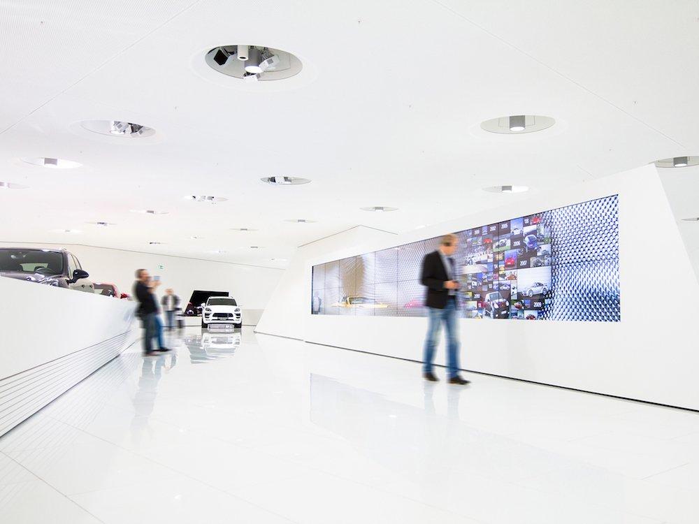 Die Touch Wall im Porsche Museum ist in einer 2x10 Matrix verbaut (Foto: macom)