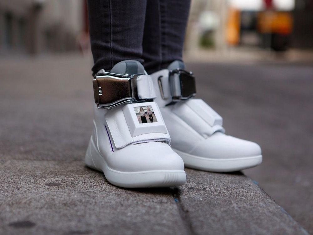 Dieses Paar Nikes dürfte das weltweit erste Paar Schuhe mit integriertem Screen sein (Foto: Virgin America)