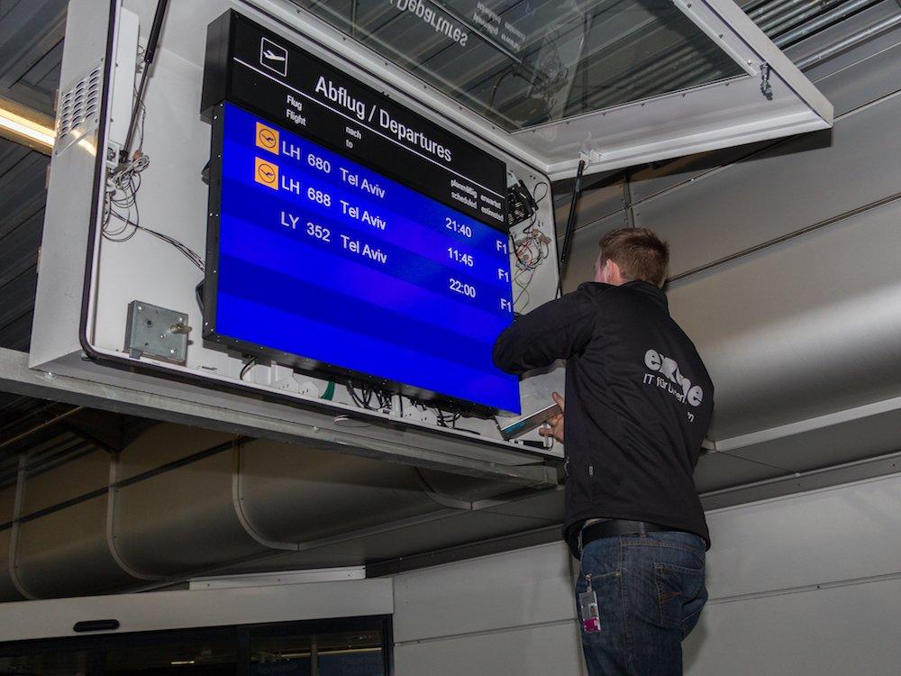 FIDS Screen erhält neuen PC - Montage am Airport München (Foto: exone)