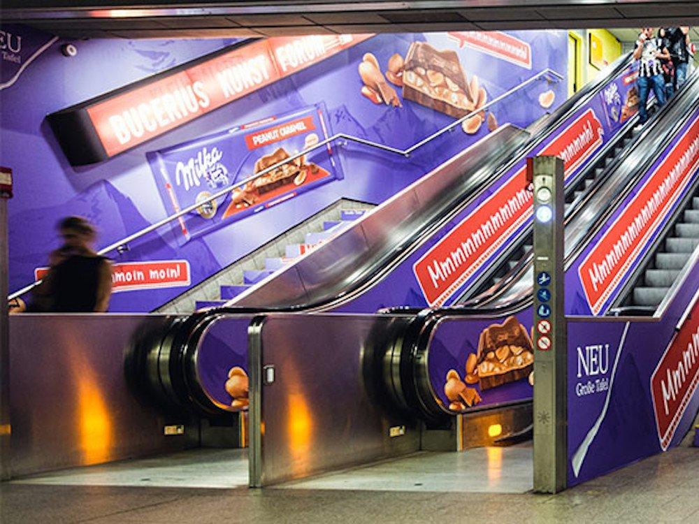 Für die Milka Schokolade Big Taste präsentiert sich der S-Bahnhof ganz in Lila (Foto: Ströer)