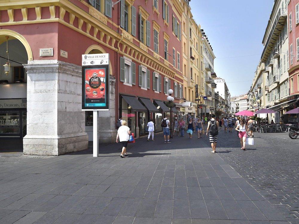 In Nizza erhalten zahlreiche Stadtmöbel nun 84 Zoll iVision Screens (Foto: JCDecaux)