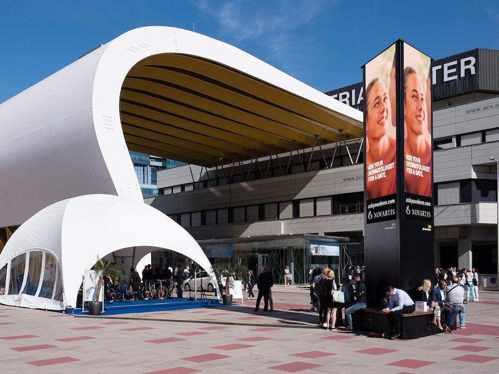 Novartis Kampagne mit dem Epamedia LED Tower (Foto: Epamedia)
