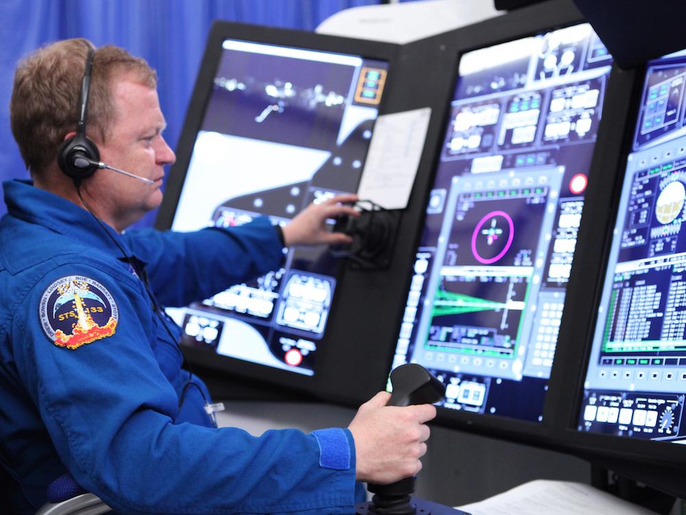 Touch Screens erleichtern die Arbeit - Astronaut Eric Boe an einem der neuen Simulatoren (Foto: NASA / Dmitri Gerondidakis)