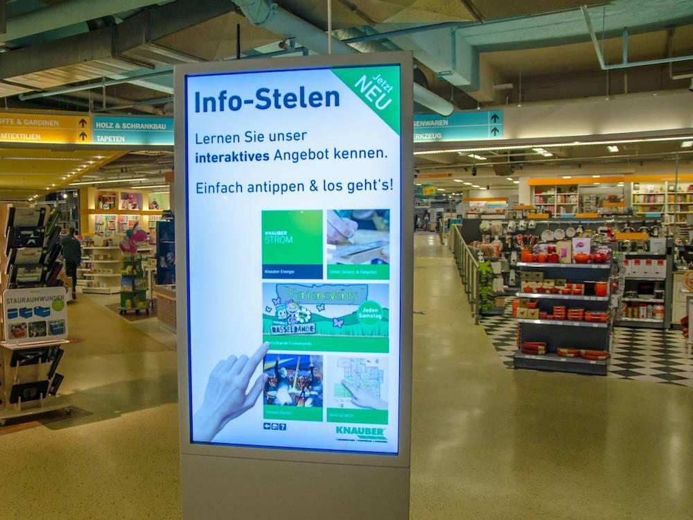 Digital Signage Stele in einem Knauber Markt (Foto: Knauber)