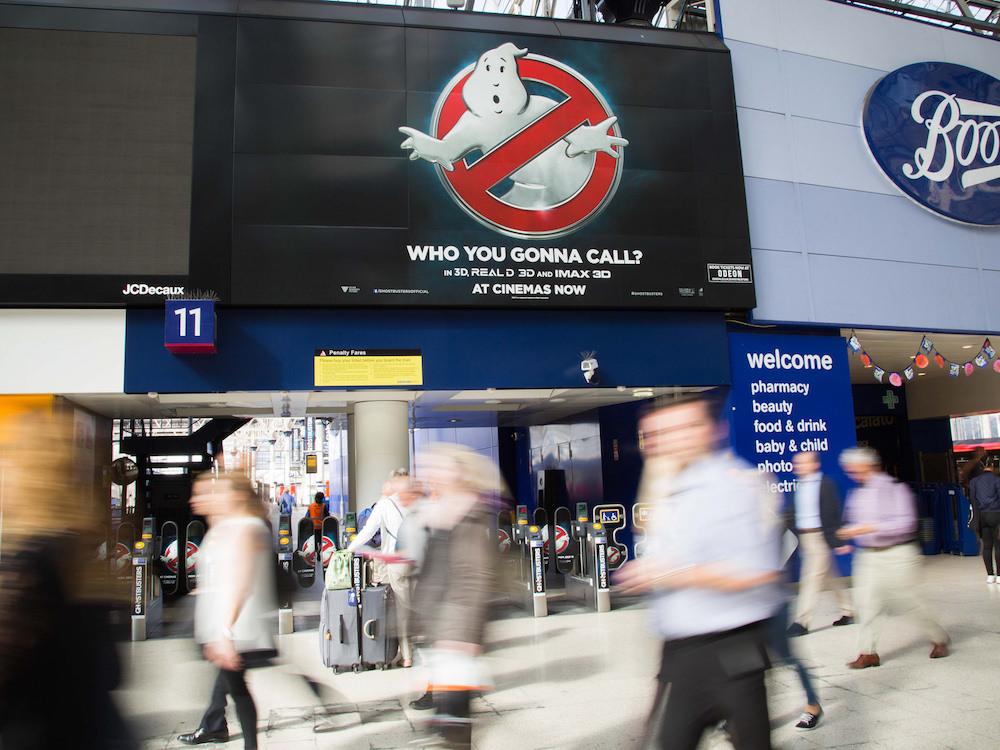 Digital wird wichtiger - Kampagne für den Film Ghostbusters auf einem LED Screen (Foto: JCDecaux Creative Solutions)