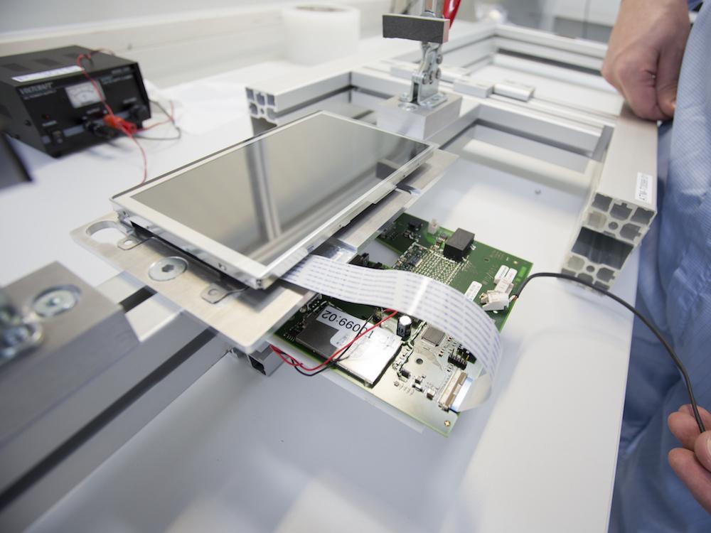 Display Anbringung an Touchscreen mit entsprechenden Elektronik (Foto: Schurter)