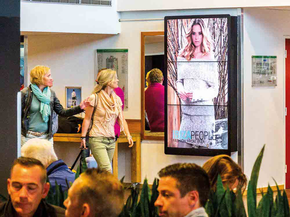 DooH Screen an einem Airport in NL - Symboldbild (Foto: MMD Media)