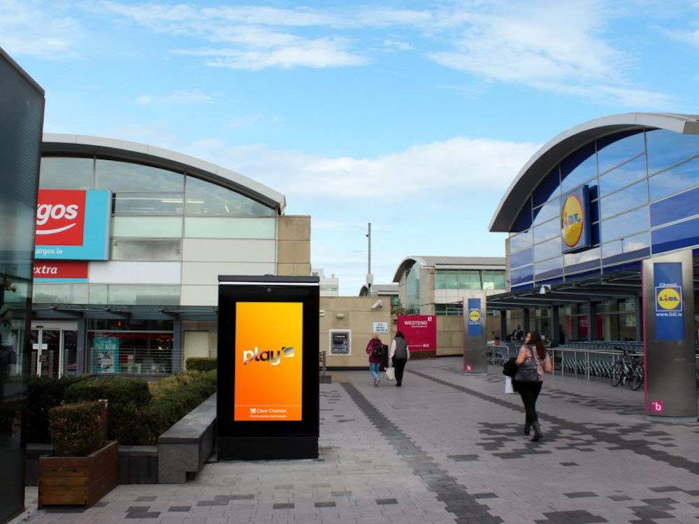 DooH Screen im Westend Shopping Park in Dublin (Foto: Amscreen)