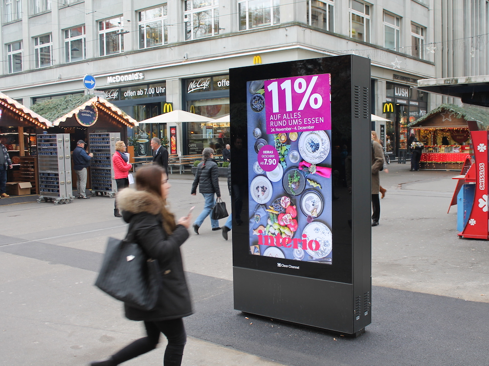 Double sided DooH Screen vor dem Kaufhaus Globus (Foto: Clear Channel)
