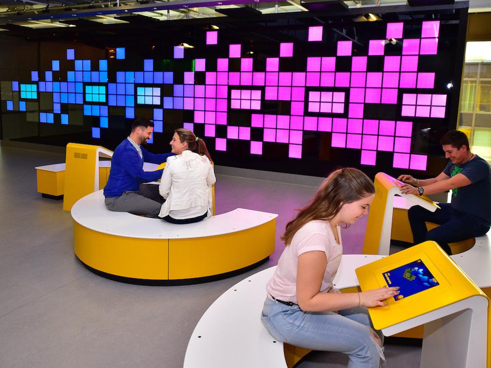 Internetwand und Sitzschlangen im CodeLab (Foto: Jan Braun / Heinz Nixdorf MuseumsForum)