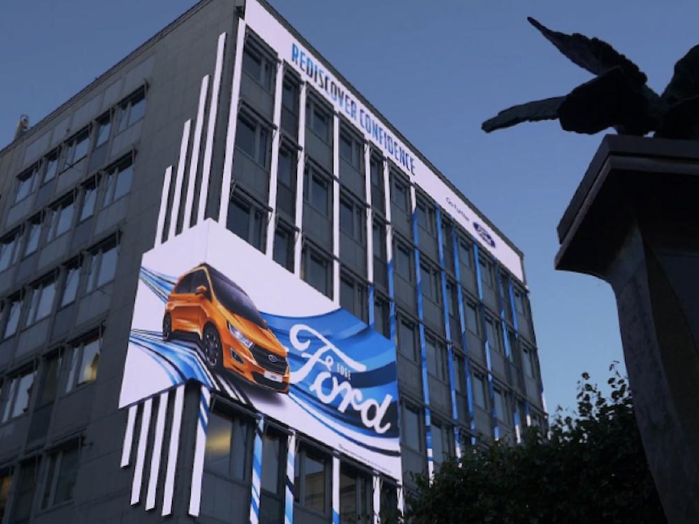 Kampagne von Ford auf dem Mega LED Screen (Foto: Atracta)