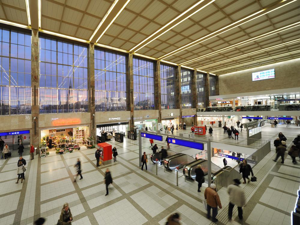 Passanten in der BahnhofCity Wien West (Foto: ÖBB / Robert Deopito)