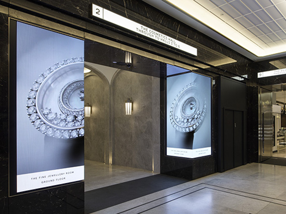Ums Ecke gebaute LED Screens bei Harrods (Foto: Aoto)