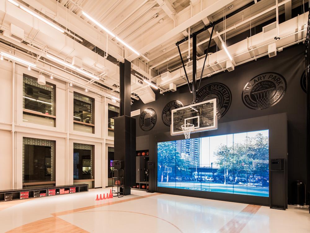 Video Wall und Basketballplatz bei Nike in SoHo (Foto: Nike)