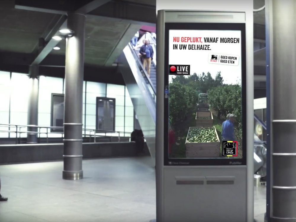 Delhaize Live Kampagne auf einem DooH Screen in Antwerpen (Screenshot: invidis)