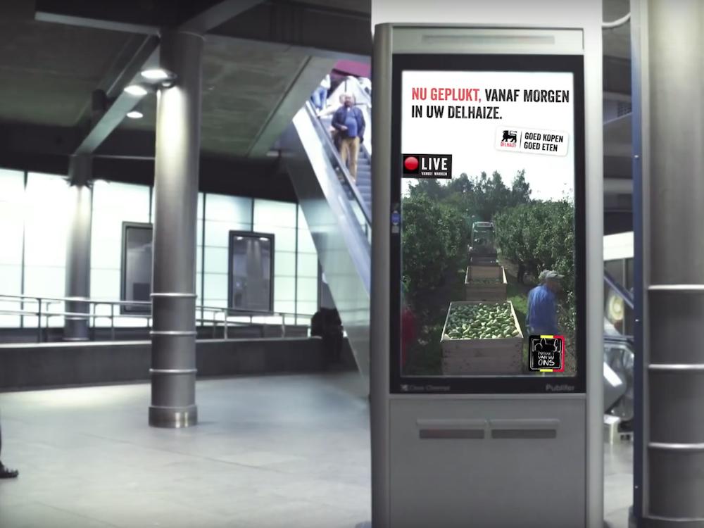Delhaize Live Kampagne auf einem DooH Screen in Antwerpen (Screenshot: invidis)