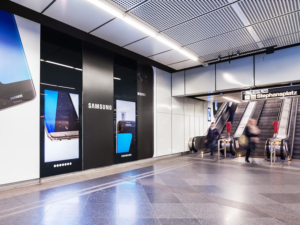 DooH Kampagne des Werbuntreibenden Samsung auf DooH Screens in Wien (Foto: Gewista)