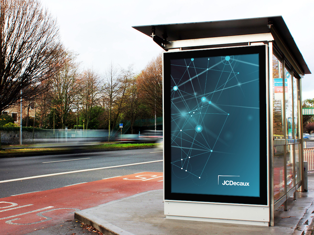 DooH Screen an einer Haltestelle in Irland (Foto: JCDecaux)
