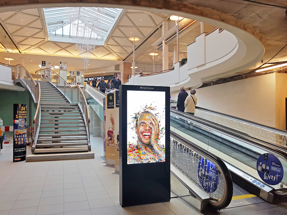 DooH Screen im Centre Manor in Chavannes (Foto: Clear Channel)