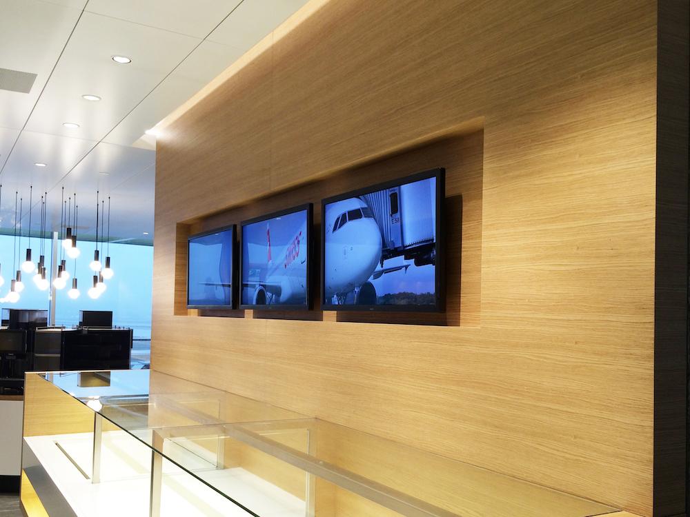 Drei der mehr als 30 Screens in der neuen VIP Lounge (Foto: Littlebit Technology)