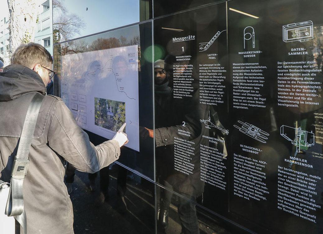 Infos zum Pegelstand und weitere Daten werden am Pegelstand in Graz über einen Outdoor Screen gezeigt (Foto: DiCube)