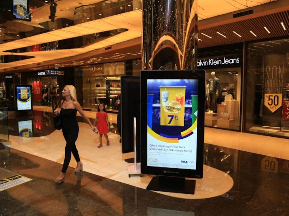 Kampagne fuer McDonald's auf einem DooH Retail Screen von Core (Foto: Broadsign)