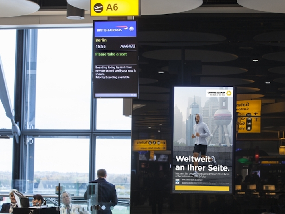 Man spricht Deutsch - Commerzbank DooH Spot in Heathrow (Foto: JCDecaux)