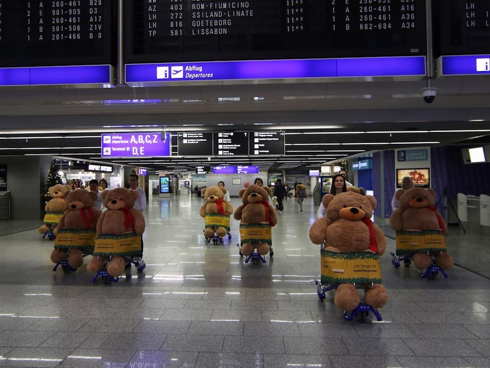 Nichts für Teddybären-Phobiker – Invasion der Lufthansa Cargo-Bären am Airport Frankfurt (Foto: Media Frankfurt)