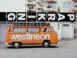 Vergangenheit - Westineon Bulli transportiert analogen Werbeträger (Foto: Westiform)