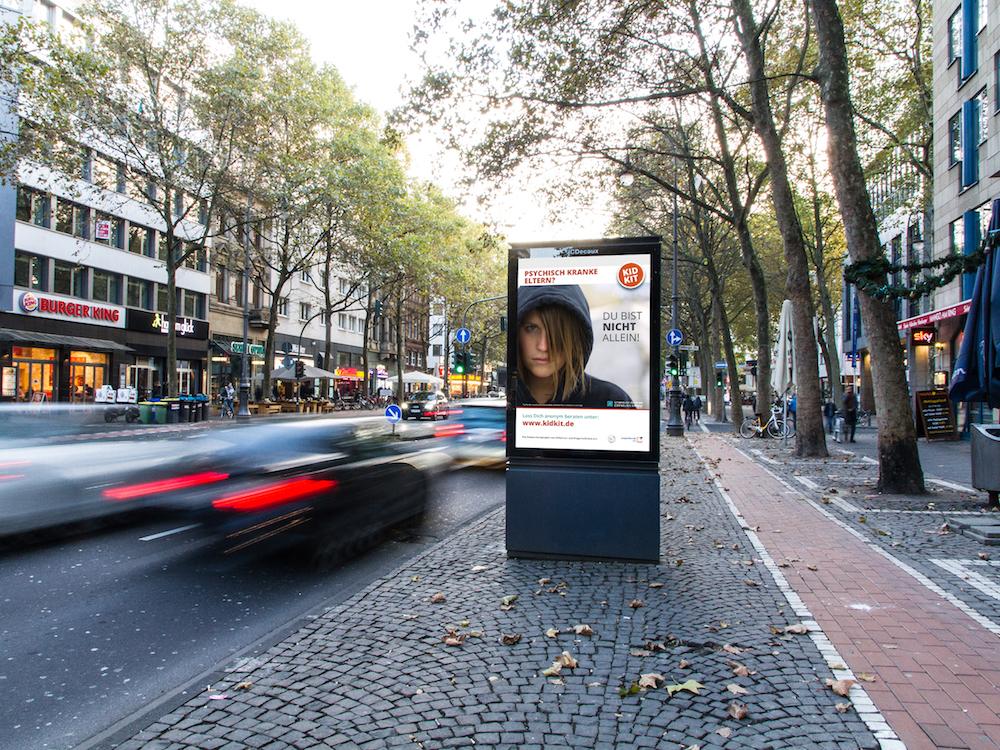 Aufklärung für Jugendliche via DooH Screen in Köln (Foto/ Montage: JCDecaux)