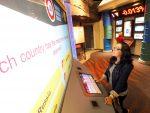 Besucherin an einer mit Touch ausgestatteten Station im Permian Basin Petroleum Museum (Foto: Technomedia)