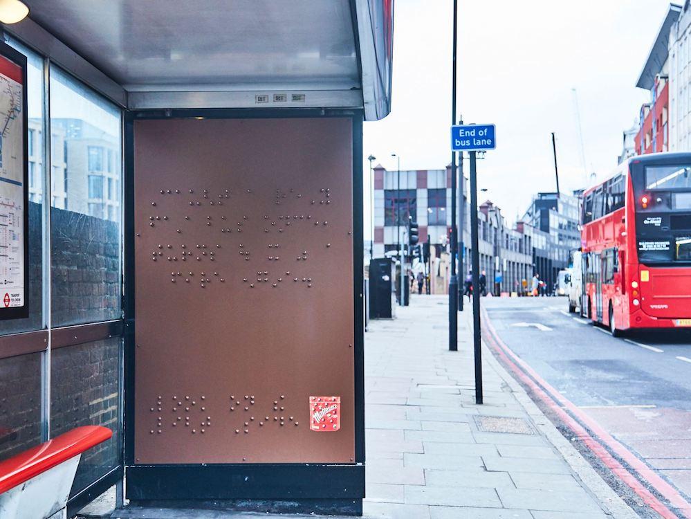 Britischer Humor auf Braille – Plakat an einer Londoner Bushaltestelle (Foto: Maltesers UK)