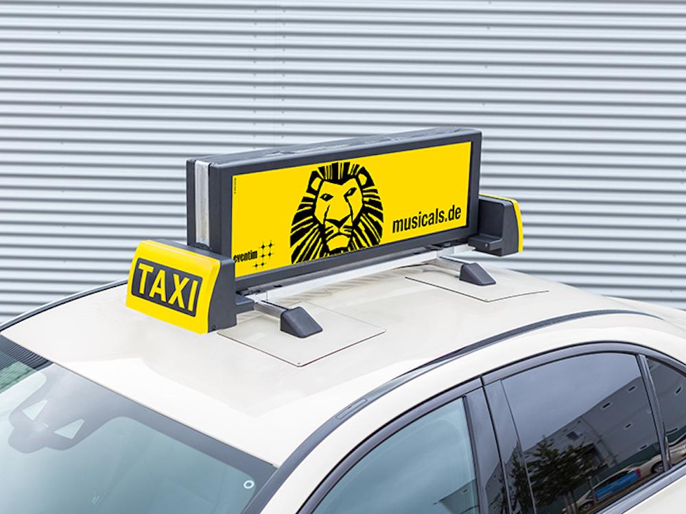 Double sided DooH Screen von TAXI-AD auf dem Dach eines Hamburger Taxis (Foto: TAXI-AD)