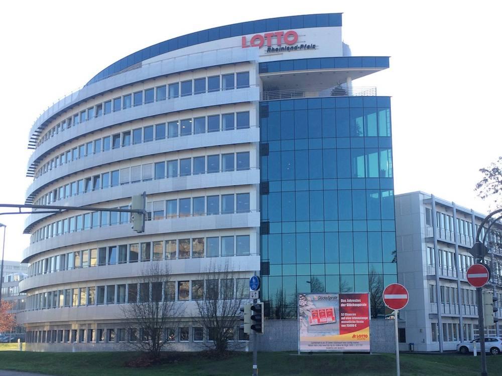 EKTA LED Screen mit 10 mm Pixel Pitch an der Fassade von Lotto Rheinland-Pfalz (Foto: EKTA)