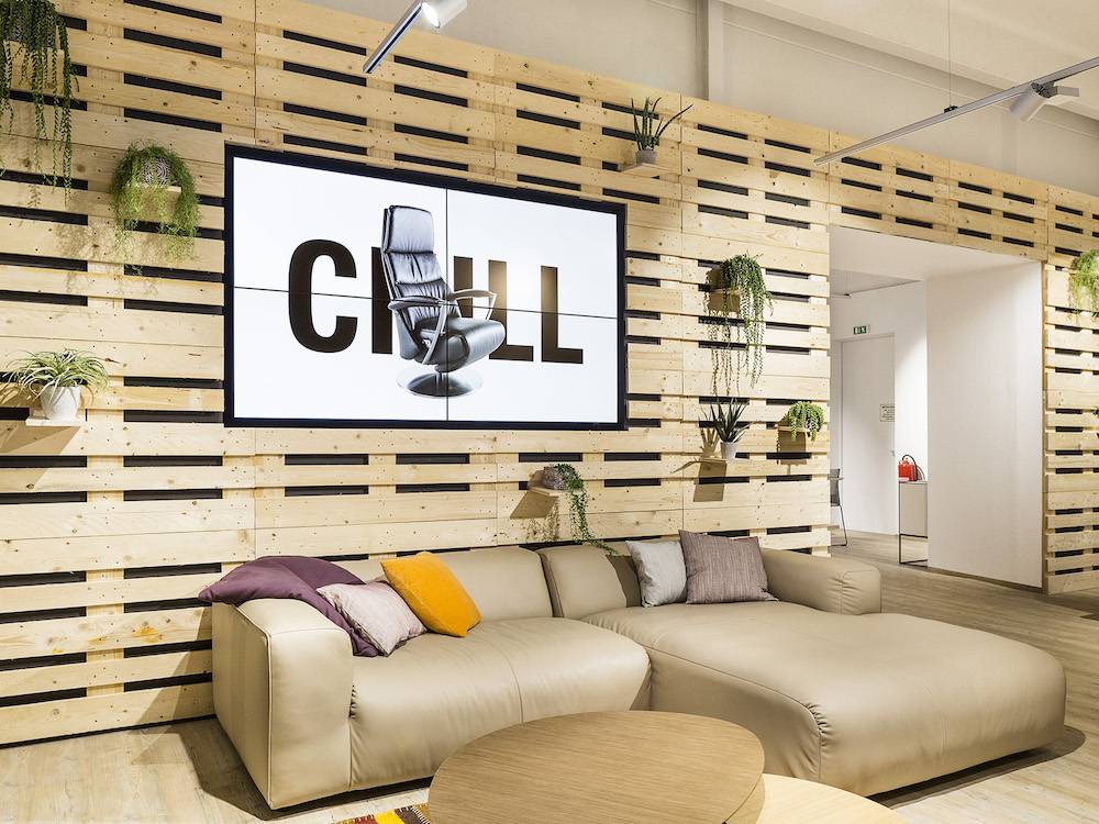Emotionale Markeninszenierung am Point of Sale – Video Wall bei Schuster Homecompany in Regensburg (Foto: Fullhaus Marketing & Werbung GmbH)